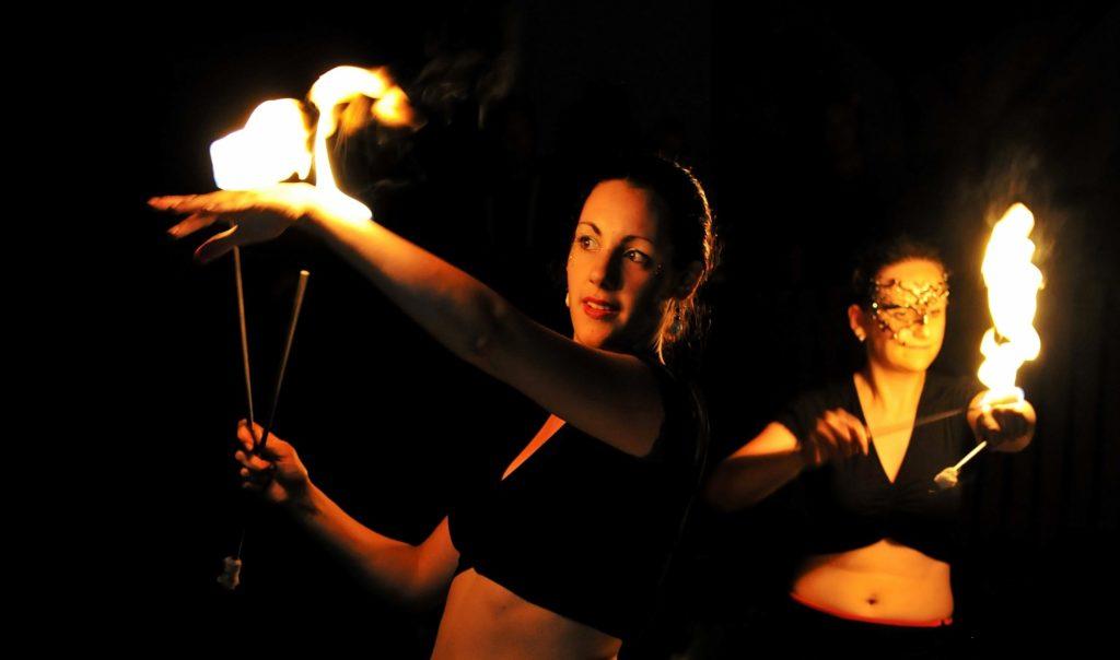 Körperfeuer bei einer epischen Show von flamazing